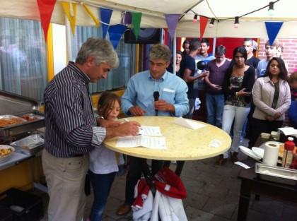 Directeur Theo Hendriks tekent het sponsorcontract